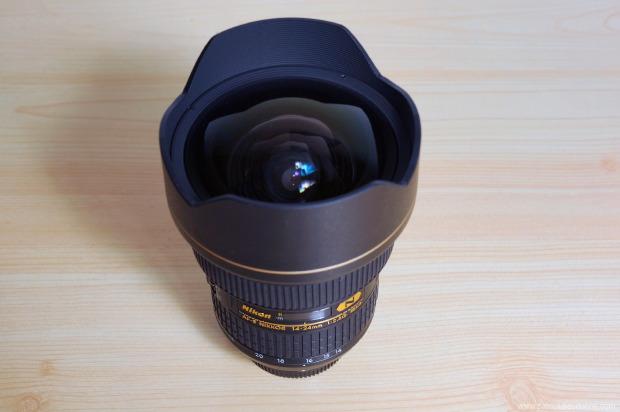 14-24 mm nikon AFSLa lentille avant du 14-24 mm nikon AFS, et son pare-soleil fixe