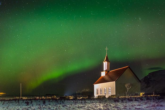 Eglise et aurore boréale près de Vik, Islande