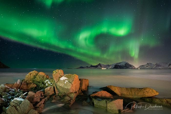 Lofoten, aurore boréale et rochers, Nikon D850, 14-24 mm à 18 mm. 30 s à f4, iso 1600.