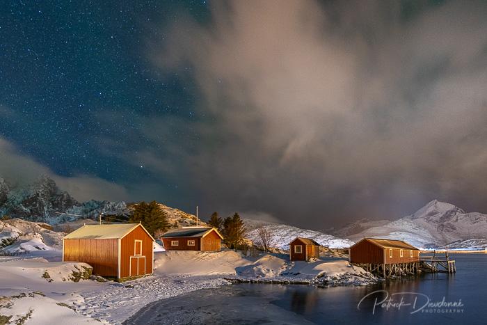Village traditionnel, Lofoten, photo de nuit. Nikon D850, 14-24 mm, à 18 mm, 13 s à f2,8