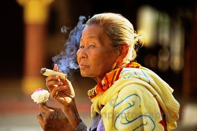 Bagan, portrait, femme au cigare