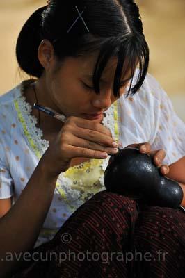 Fabrication de laque birmane, gravure des motifs