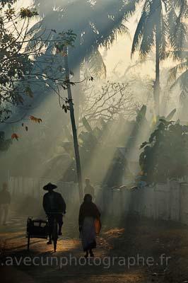 Mrauk U, passants dans la brume matinale