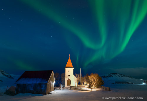 Eglise et aurore boréale